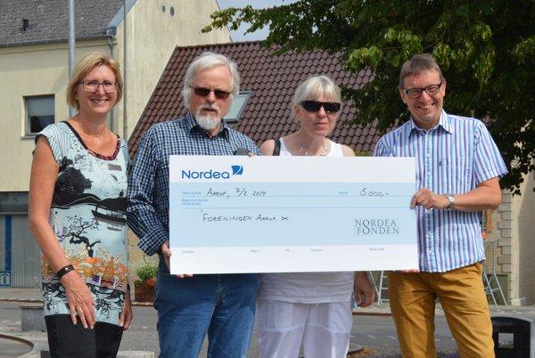 Gitte Siem (yderst t.v.) overrækker checken på kr. 5000,- til Hans Walmar, Annie Gaardsted og Henrich Svendsen fra Aarup.dk