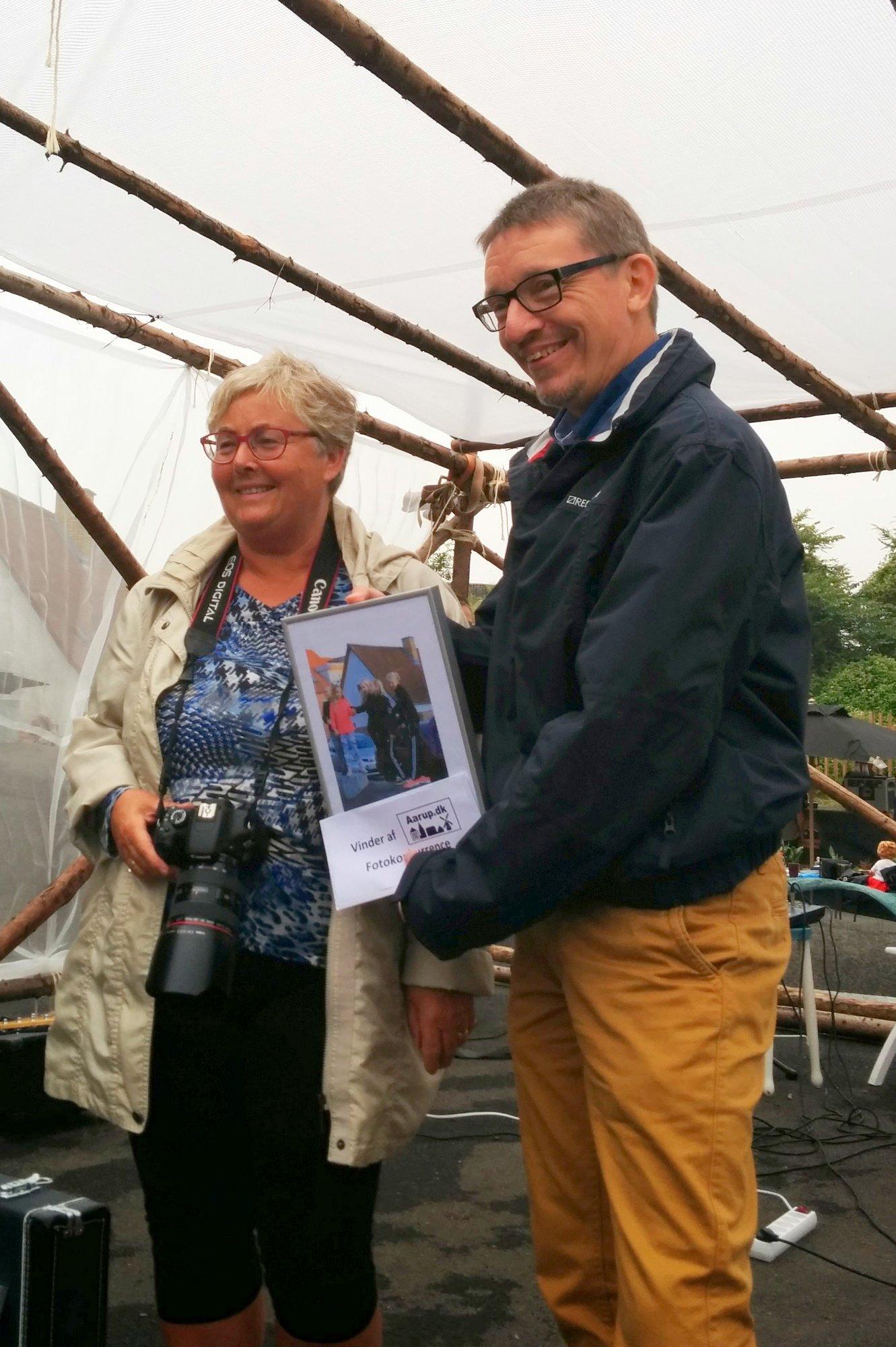 Else Madsen modtager sin præmie i fotokonkurrencen 2014