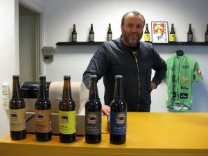 Brygmester Jimmy Steen Eriksen med et udvalg af Aarup Bryghus øl