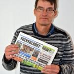 Claus Jacobsen med et eksemplar af Folkebladet