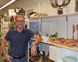 Aksel Jørgensen foran Kop & Kande's Georg Jensen varer der har været med fra starten i Aarup. I dag er Kop & Kanden Aarup den eneste forhandler i Assenskommune