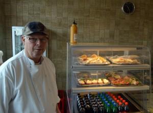 Lars Peter Christiansen fra Delikatessen med et udvalg af smørrebrødet