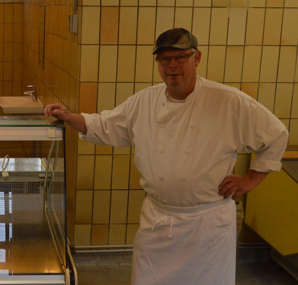 Lars Peter Christiansen fra Delikatessen viser oste-lokalet frem. Her vil man hver fredag kunne købe ost.