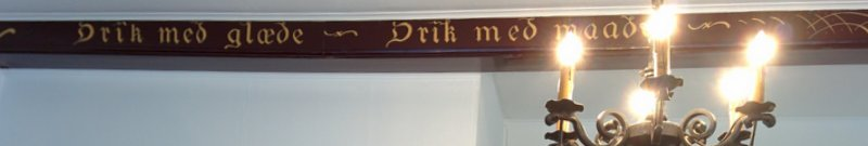 Nogle af de små tekststykker på træværket