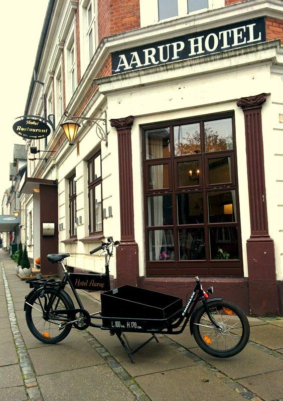 Facaden på Hotel Aarup Kro med den flotte budcykel foran