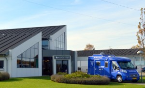 """Nordfyns Finans kontor i Aarup. I forgrunden ses deres """"rullende kontor"""""""