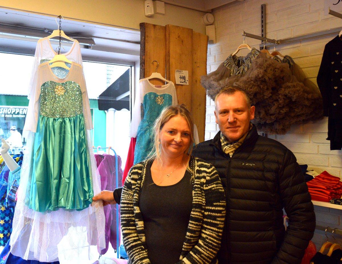 """Maria Bøgedal og Lars Frandsen med en af de populære varer i """"De seje små"""""""