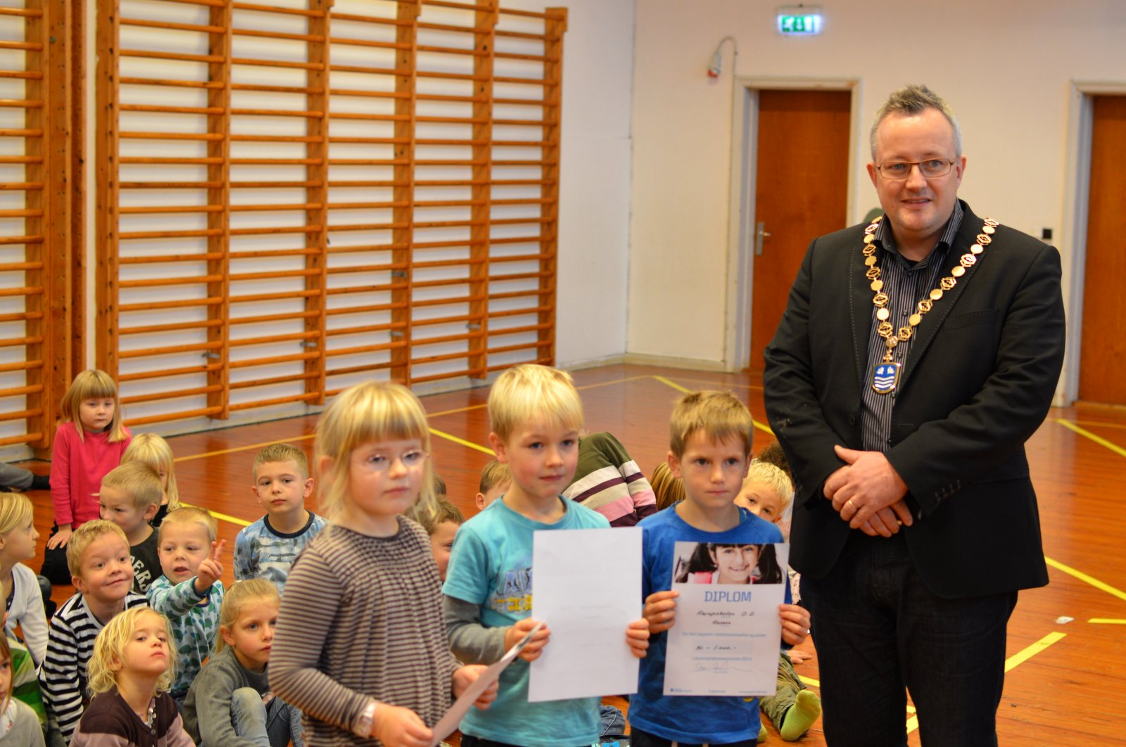 Borgmester Søren Steen Andersen med en fra hver af de tre 0.klasser