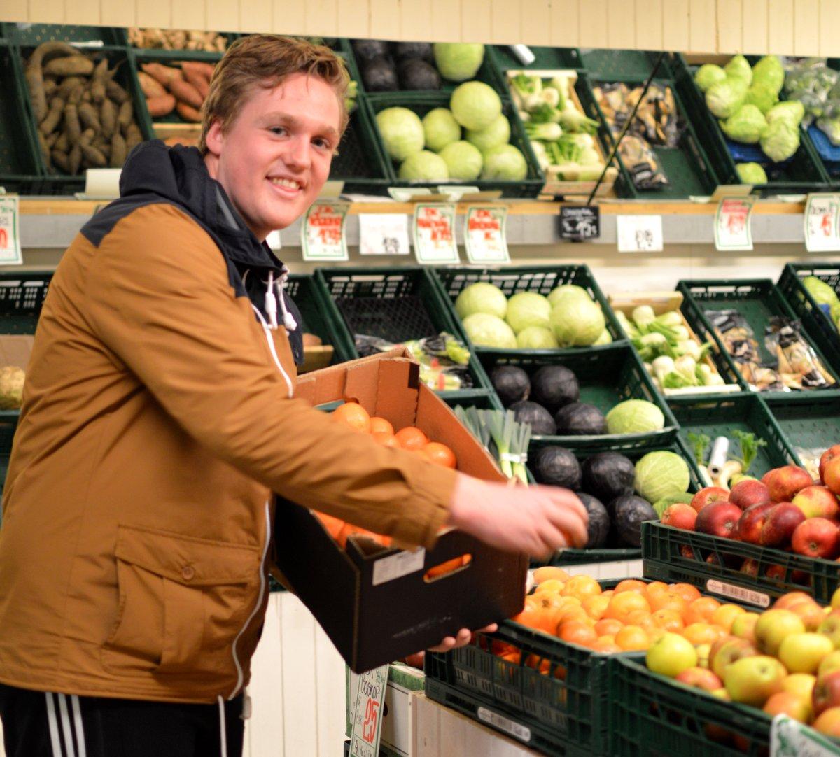 Jacob Pedersen er ved at fylde varer op ved Grøntmanden