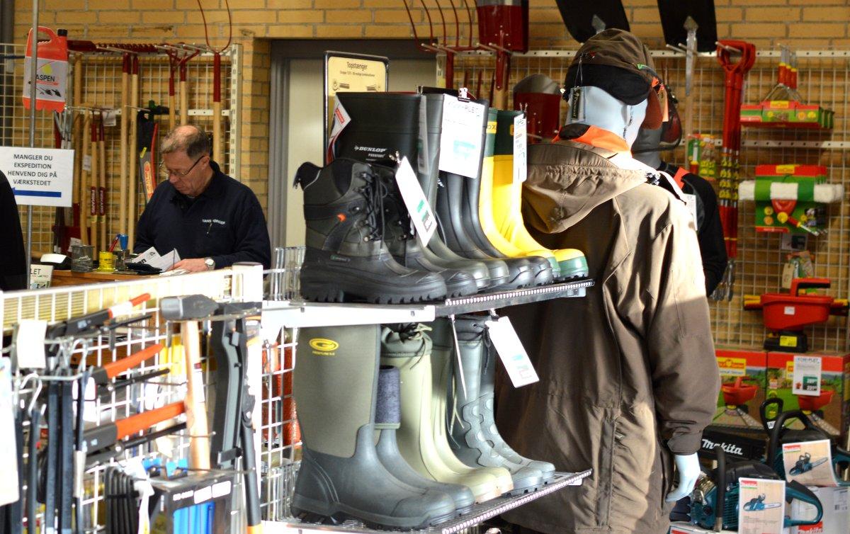 Skydebjerg Smede- og Maskinforretning har udover smedje, VVS og maskinforretning også en butik med kvalitetsvarer