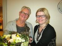 Formanden, Elisabeth Spangsbøg, der får årets Willimoes-pris overrakt af Rikke Lassen