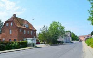 Det gamle posthus i Aarup der i dag er lavet om til lejligheder. Yderst til højre kan den nye station anes. Foto:MJ