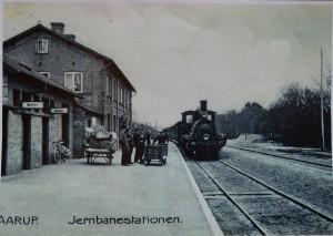 Den gamle station i Aarup. Den lå et par hundrede meter øst for den nuværende. Foto fra Aarup Lokalhistoriske Forening og Arkiv