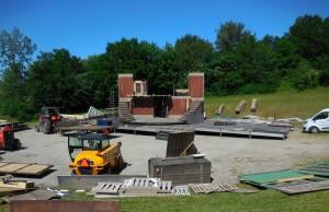 Opførelsen af den imponerende kulisse til forestillingen skrider støt og roligt fremad, men der er stadig brug for frivillige, der har lyst til at være en del af fællesskabet på Frøbjerg Bavnehøj.