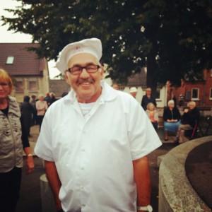 Bjarne Aadal som dommer ved Aarup Sports- og Kulturdages kagekonkurrence. Foto: MJ