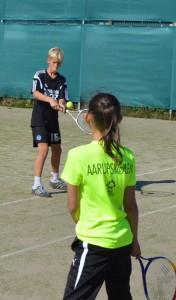 Junioridrætsledere i praktik ved Aarup Tennisklub. Foto:MJ