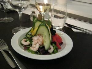 Rejecocktailen serveres med rejer asparges, salat, dressing kaviar citron og brød. Foto:HW