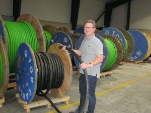Business development manager Søren Porse med et af Scankabs mange kabeltyper