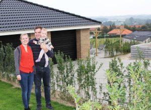 Familien Hill skiftede lejligheden i Odense ud og byggede deres drømmehus på Eventyrbakken i Aarup. Den endelige beslutning traf de efter et besøg i Aarup ved juletid, hvor de gik en tur i hovedgaden, og der var pyntet op. Den stemning, der var i byen, overbeviste dem. Familien optræder i flere af de film, der er blevet lavet til den aktuelle bosætningskampagne.