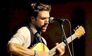 Simon Kempston skotsk singer songwriter har spillet i 35 lande over hele verden og nu også i Aarup